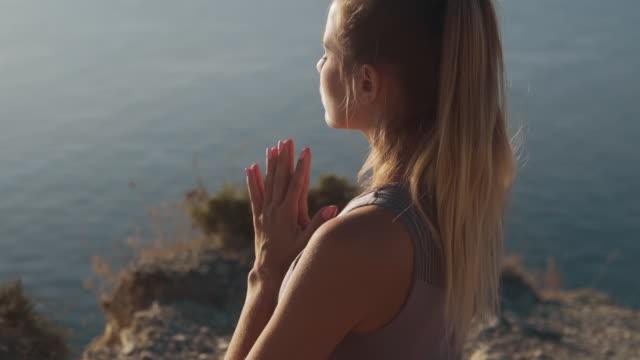 porträt der frau meditiert, konzentriert sich auf atmung im freien, zeitlupe - atemübung stock-videos und b-roll-filmmaterial