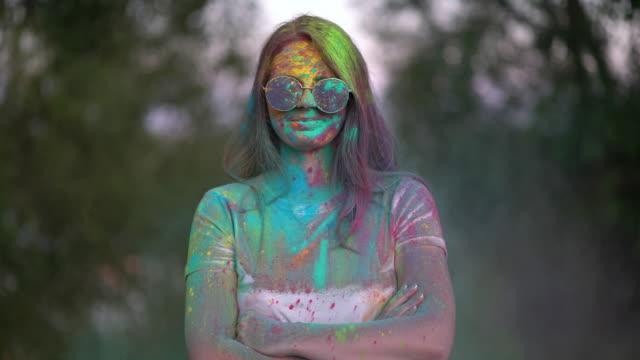 ホーリーフェスティバルで色付きの粉末で覆われている女性の肖像画。 ビデオ