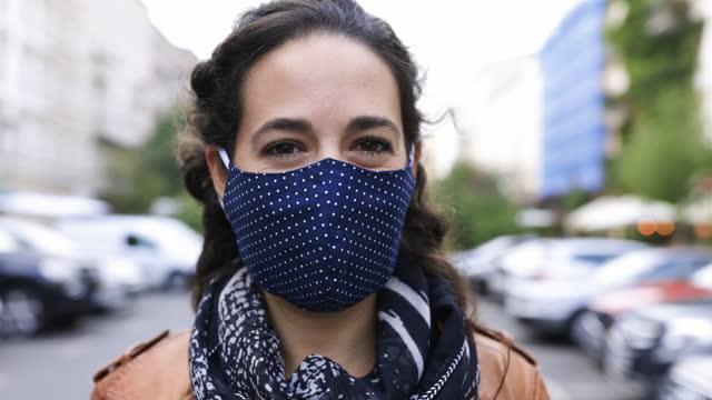 портрет женщины в защитной маске для лица - шарф стоковые видео и кадры b-roll