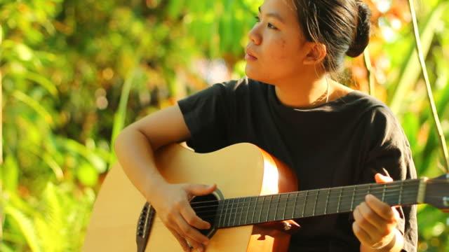 vídeos y material grabado en eventos de stock de retrato de mujer con guitarra - ojo morado