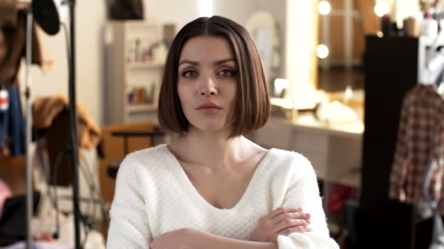 stockvideo's en b-roll-footage met portret van vrouw met kort kapsel - portrait background
