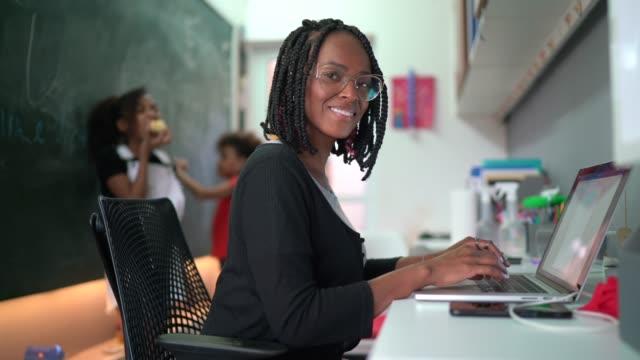 vídeos y material grabado en eventos de stock de retrato de la mujer que trabaja desde casa - financial planning