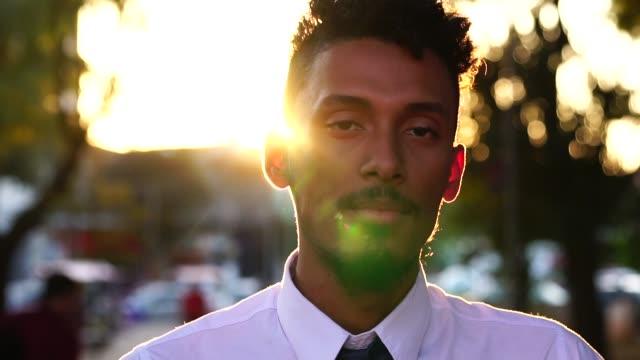 портрет рабочего после работы - бразилец парду стоковые видео и кадры b-roll