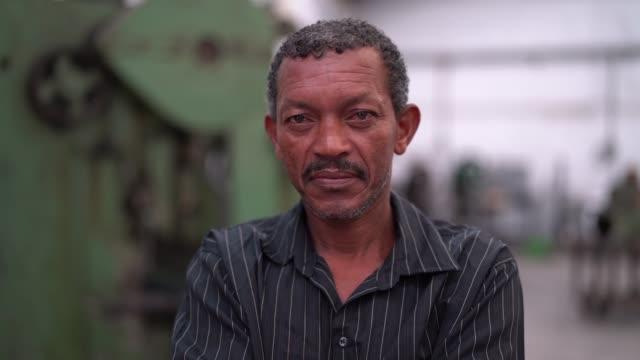 porträt des arbeitnehmers auf fabrik auf hintergrund - brasilianischer abstammung stock-videos und b-roll-filmmaterial