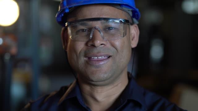 porträt des arbeitnehmers - arbeiter stock-videos und b-roll-filmmaterial