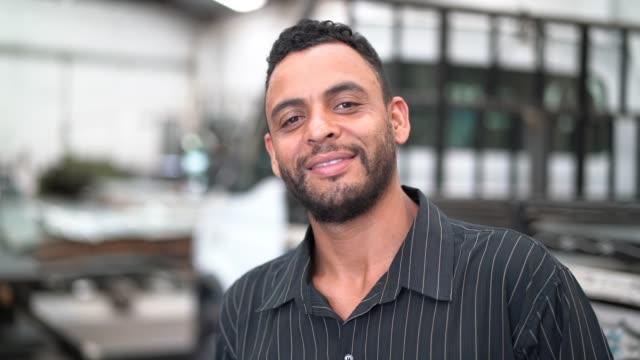 vídeos de stock, filmes e b-roll de retrato do trabalhador com os braços cruzados na fábrica - povo brasileiro