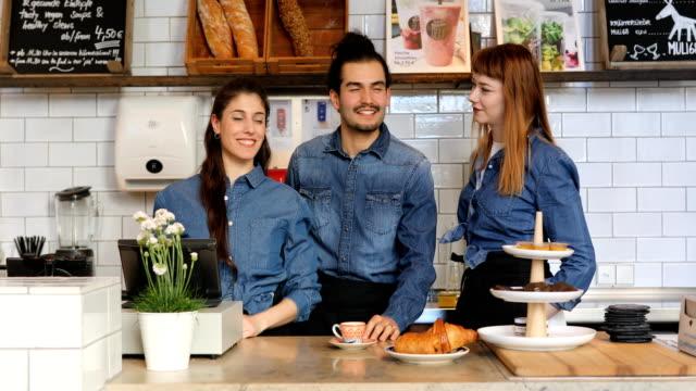 porträt des jungen baristas stehen im cafe - bedienungspersonal stock-videos und b-roll-filmmaterial