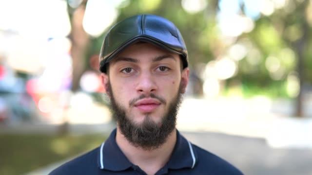 若い髭の男のポートレート - ブラジル文化点の映像素材/bロール
