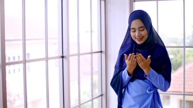 porträtt av unga vackra asiatiska muslimska kvinna. - anständig klädsel bildbanksvideor och videomaterial från bakom kulisserna