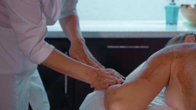 Retrato de joven bella mujer en piel cuidado spa salón primer plano lenta. - vídeo