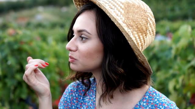 vídeos de stock e filmes b-roll de portrait of young beautiful women eating grapes - picking fruit