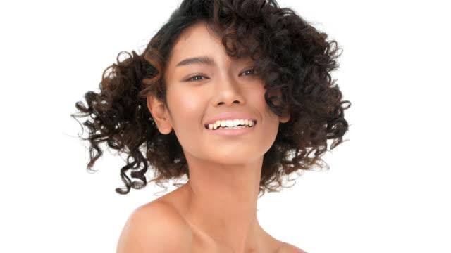 vídeos de stock e filmes b-roll de portrait of young black woman looking camera - afro americano