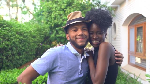 portrait of young couple at home - поколение z стоковые видео и кадры b-roll