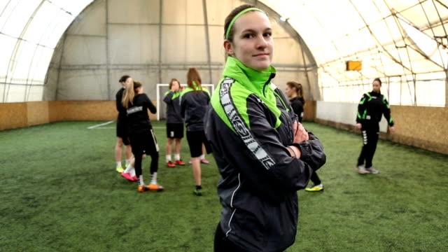 stockvideo's en b-roll-footage met portret van jonge vrouwelijke voetballer - voetbal teamsport