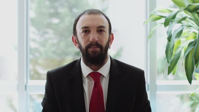 vídeos y material grabado en eventos de stock de retrato de joven guapo empresario mirando a cámara - toma mediana