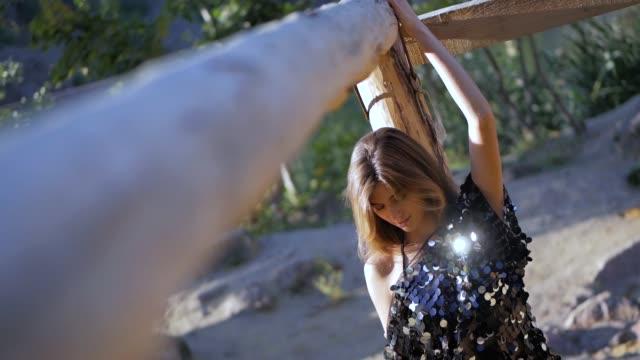 スパンコールの光沢のあるファッション t シャツで若い長髪のブルネット白人の女の子の肖像 - 春のファッション点の映像素材/bロール