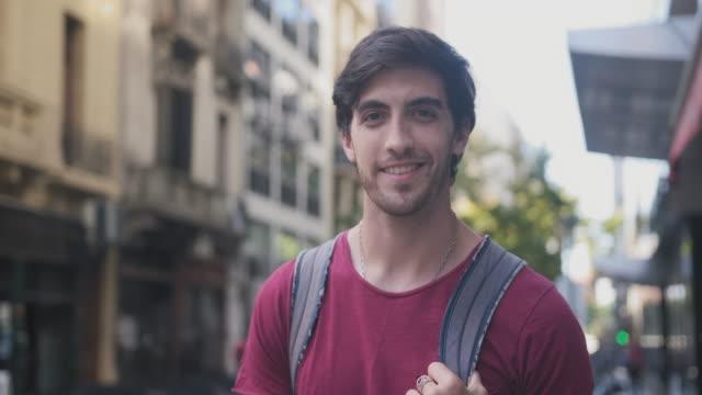 Portret van jonge mannelijke toeristische bezienswaardigheden in Buenos Aires video
