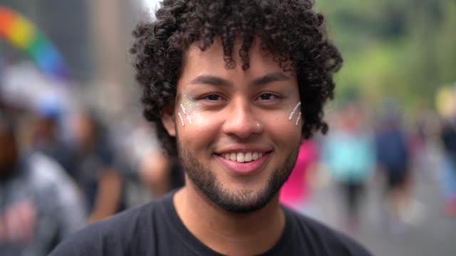 vídeos de stock, filmes e b-roll de retrato de jovem na rua - lgbt