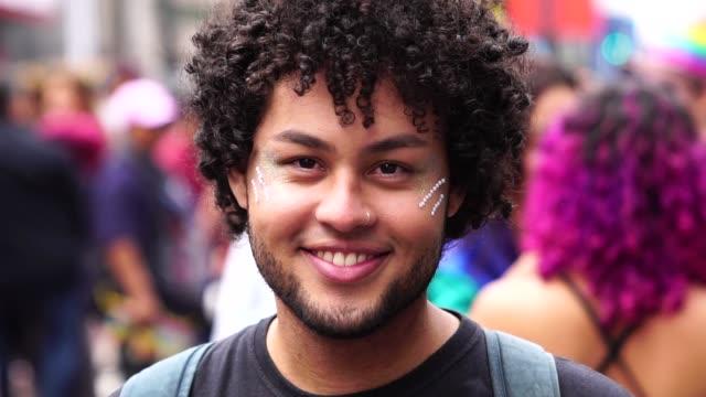 vídeos de stock, filmes e b-roll de retrato de jovem na rua - brasileiro pardo