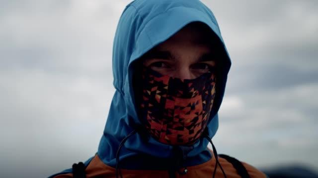 soğuk iklim genç adam portresi - kapüşon stok videoları ve detay görüntü çekimi