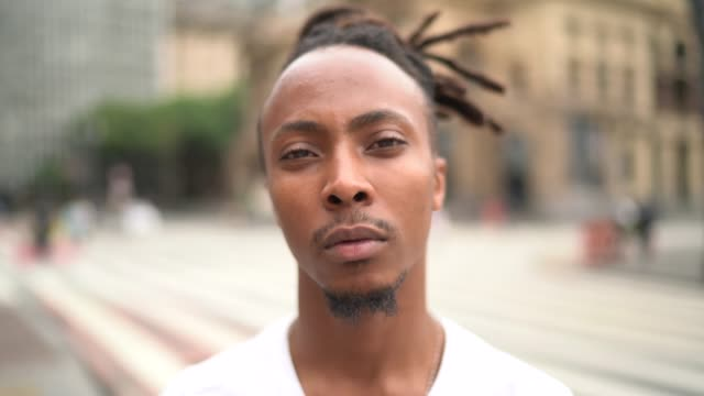 vídeos y material grabado en eventos de stock de retrato del joven en la ciudad - memorial day weekend