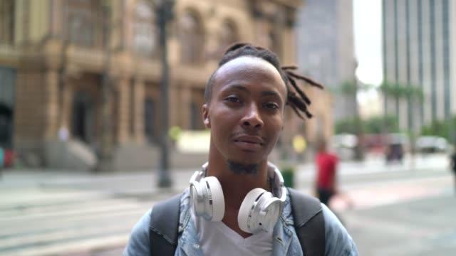 vídeos de stock e filmes b-roll de portrait of young man in the city - cabelo preto