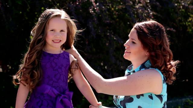 若い母親は公園で彼女の娘の肖像 ビデオ