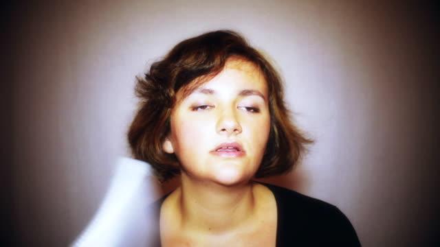vidéos et rushes de portrait de jeune femme rousse à l'été pendant la canicule. la température est chaude et le revitalisant capillaire est cassé. la fille transpire et se sent épuisée - canicule