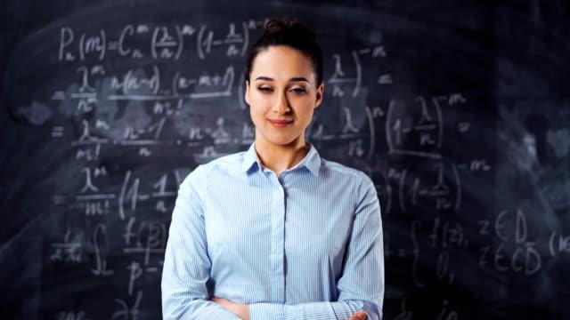 ritratto di giovane intelligente intelligente insegnante di insegnanti - istruttore video stock e b–roll