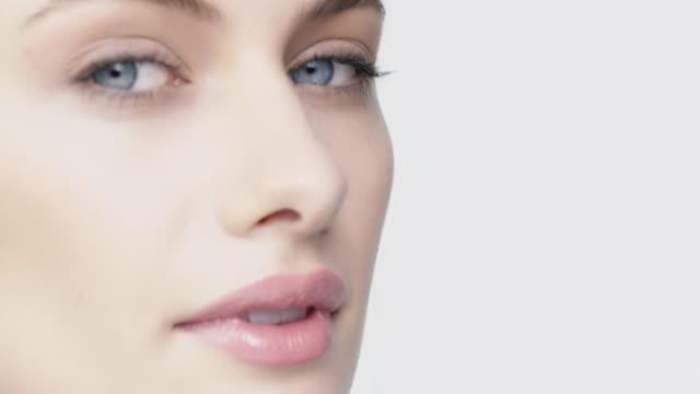 흰색 배경에 대 한 젊은 여자의 초상화 - 귀여운 스톡 비디오 및 b-롤 화면