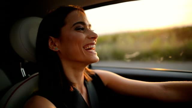 vídeos y material grabado en eventos de stock de retrato de joven mujer conduciendo coche - conducir