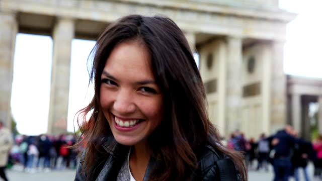 Retrato de mulher jovem em Berlin-Brandenburg Portão - vídeo