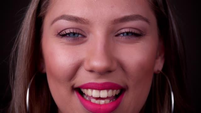 Porträt der jungen Frau im Gespräch – Video