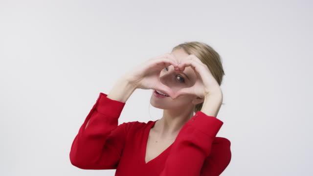 porträtt av ung kvinna winking och blåser kyss - blåsa en kyss bildbanksvideor och videomaterial från bakom kulisserna