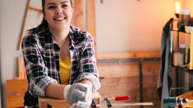 portrait of young women furniture designer in his workshop - carta vetrata video stock e b–roll