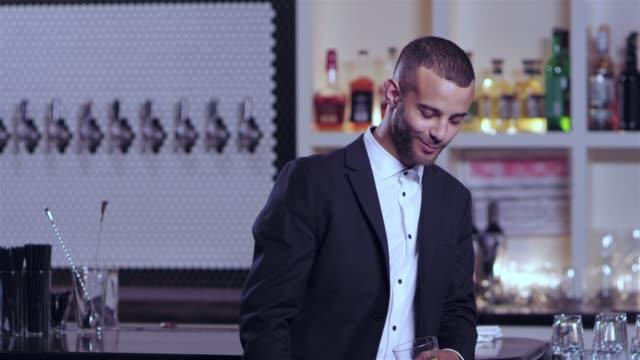 vídeos de stock, filmes e b-roll de tiro de retrato de um jovem atraente americano africano num bar - costumer