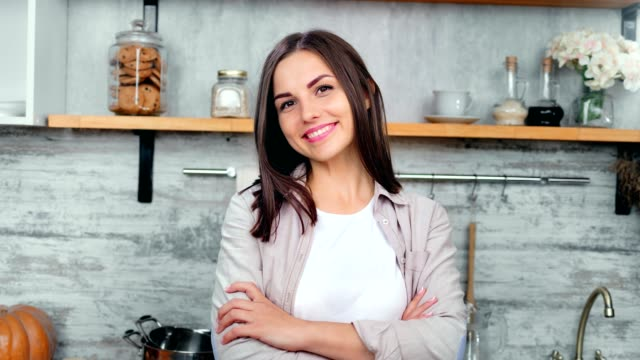 portrait smiling charming woman with natural beauty in cozy cuisine interior medium close-up - giovane nell'animo video stock e b–roll