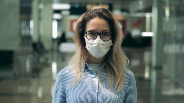 stockvideo's en b-roll-footage met de mening van het portret van een schitterende dame in een veiligheidsmasker en een glazen - bril brillen en lenzen