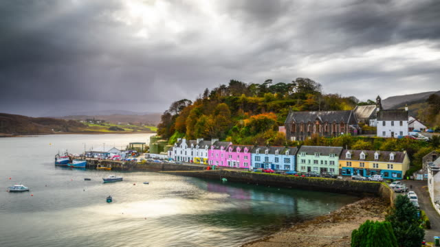 portree, isle of skye, scotland - time lapse - highlands scozzesi video stock e b–roll