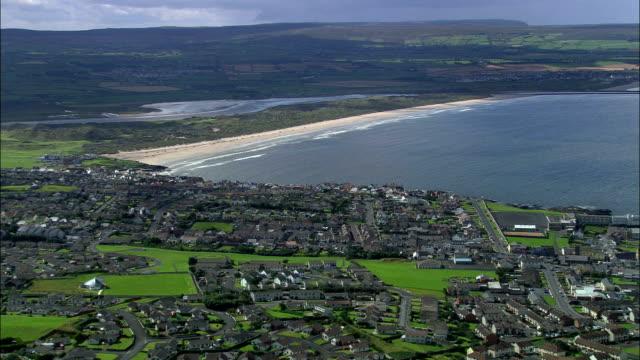 portstewart и пляж-вид с воздуха-северной ирландии, великобритания - графство дерри стоковые видео и кадры b-roll