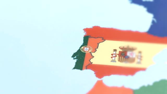 vídeos de stock, filmes e b-roll de fronteiras de portugal com a bandeira nacional no mapa do mundo - sul europeu