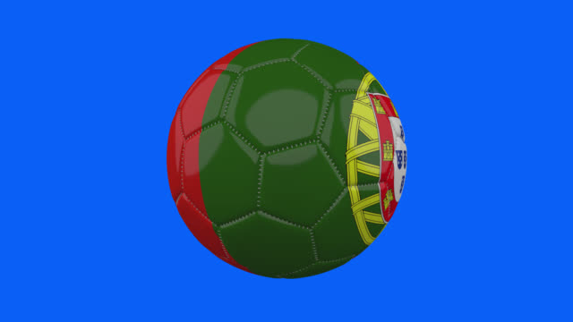 vídeos de stock, filmes e b-roll de bandeira de portugal na bola gira em fundo alfa azul transparente, loop - futebol internacional