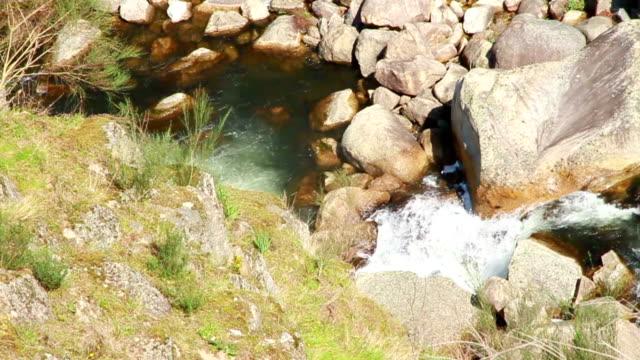 vídeos de stock e filmes b-roll de rio de agua de lindoso de portugal - vídeos de barragem portugal