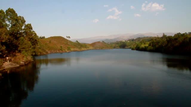 vídeos de stock e filmes b-roll de rio portugal lindoso - vídeos de barragem portugal