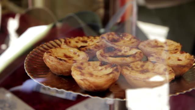 vídeos de stock e filmes b-roll de portugal, lisboa pasteis de nata - lisbon
