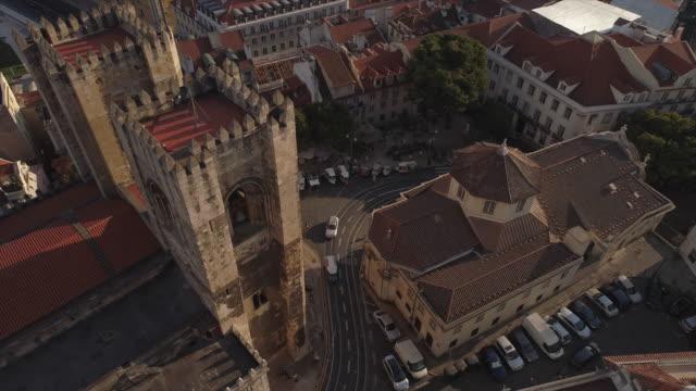 vídeos de stock e filmes b-roll de portugal sunny day lisbon city famous cathedral traffic street aerial panorama 4k - eletrico lisboa