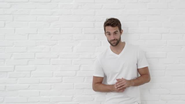 ragazzo in posa e bello - maglietta bianca video stock e b–roll