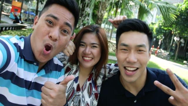 posing for a selfie - филиппинского происхождения стоковые видео и кадры b-roll
