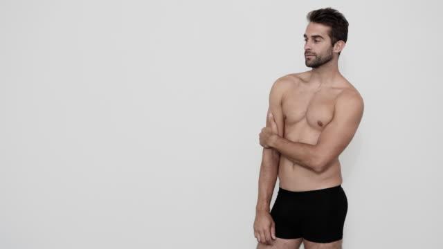 vidéos et rushes de pose de type dans des shorts noirs - homme slip