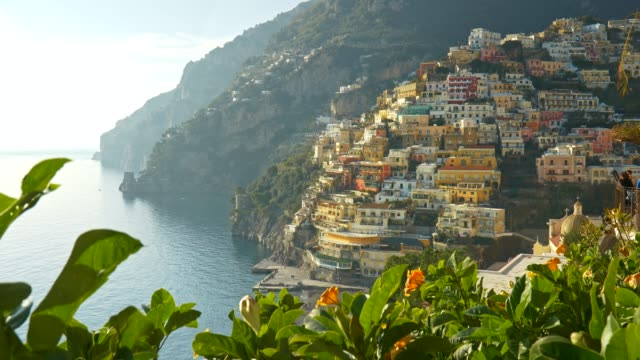 vídeos de stock, filmes e b-roll de positano, amalfi, itália.  tiro gimbal da aldeia positano ao pôr do sol. 4k - itália
